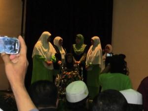 06 isteri Dr Burhanudddin al-Helmi bersama keluarga