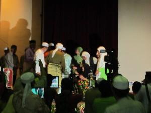 07 TG sampaikan cenderahati kpd isteri Dr Burhanudin